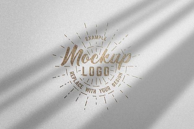 Maquette de logo texturé or de luxe avec des ombres
