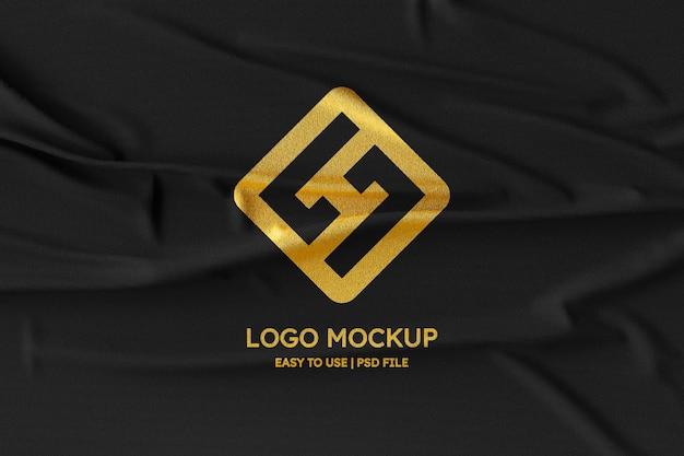Maquette de logo sur tissu noir