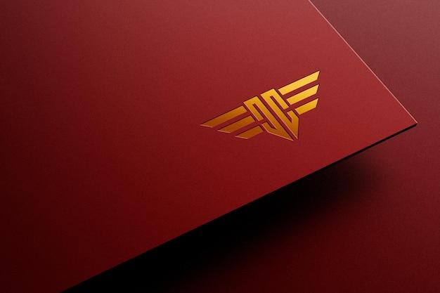 Maquette de logo uv de luxe doré sur papier rouge