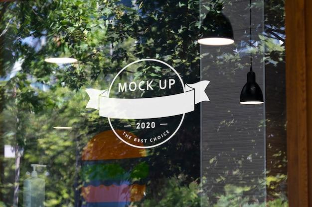 Maquette de logo sur verre réaliste