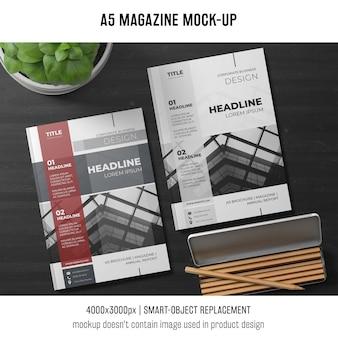 Maquette de magazine a5 avec plante et crayons