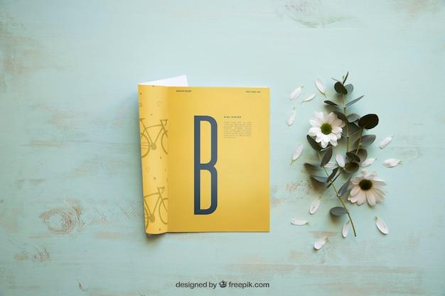 Maquette de magazine avec décoration florale
