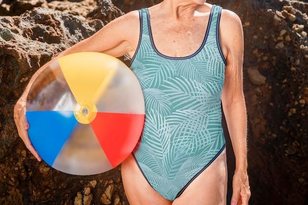 Maquette de maillot de bain sur une femme âgée