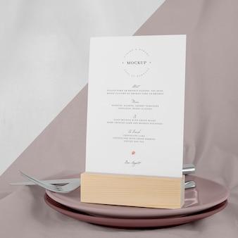 Maquette de menu avec assiettes et couverts