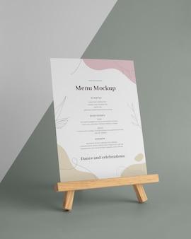 Maquette de menu avec support en bois