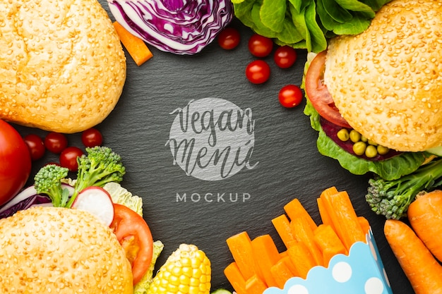 Maquette de menu végétalien entourée de petits pains et de légumes