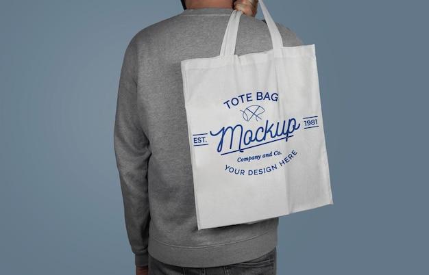Maquette d'un modèle tenant un sac fourre-tout sur le dos