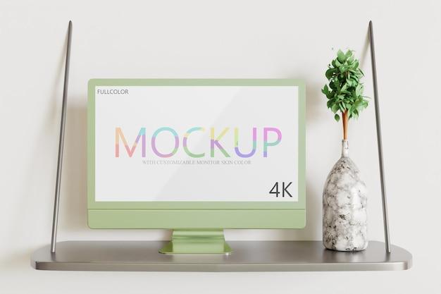 Maquette de moniteur avec couleur de peau personnalisable sur le bureau