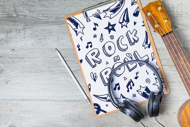 Maquette de musique créative avec guitare et presse-papiers