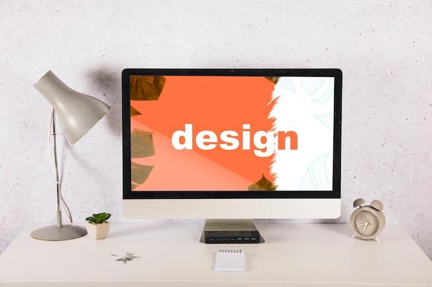 Maquette d'ordinateur sur le bureau avec des éléments