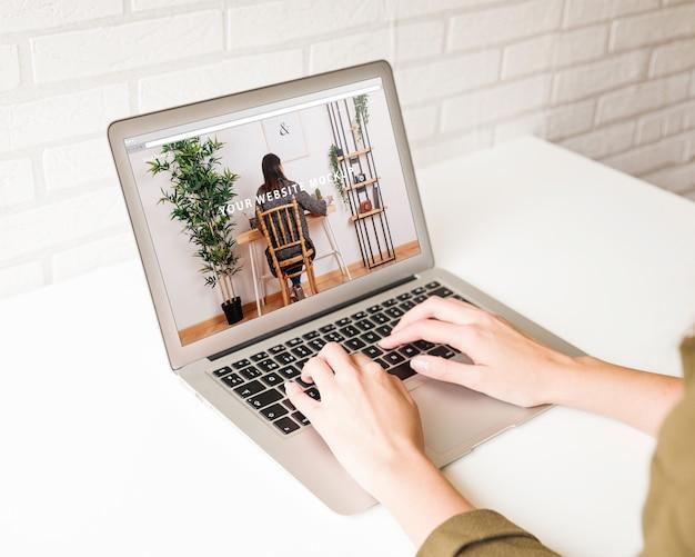 Maquette d'ordinateur portable avec bras