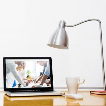 Maquette d'ordinateur portable sur le bureau