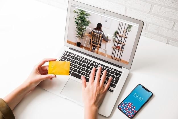 Maquette d'ordinateur portable avec le concept de paiement