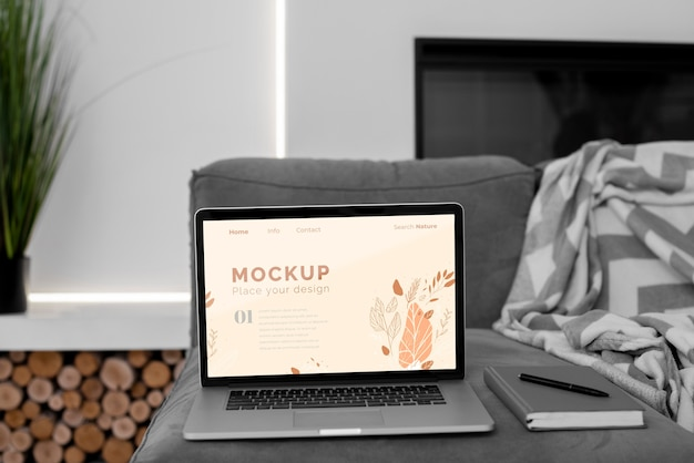 Maquette d'ordinateur portable dans la chambre