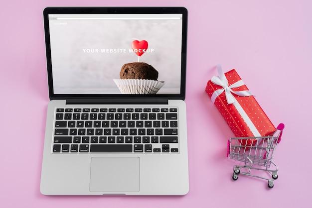 Maquette d'ordinateur portable avec des éléments de la saint-valentin