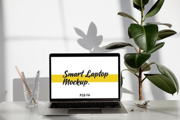 Maquette d'ordinateur portable intelligent en plein écran sur le bureau