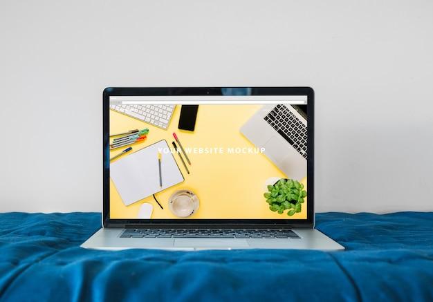Maquette d'ordinateur portable sur le lit