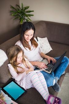 Maquette d'ordinateur portable avec la mère et la fille