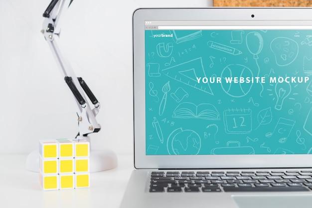 Maquette d'ordinateur portable pour la présentation du site web avec le concept de retour à l'école