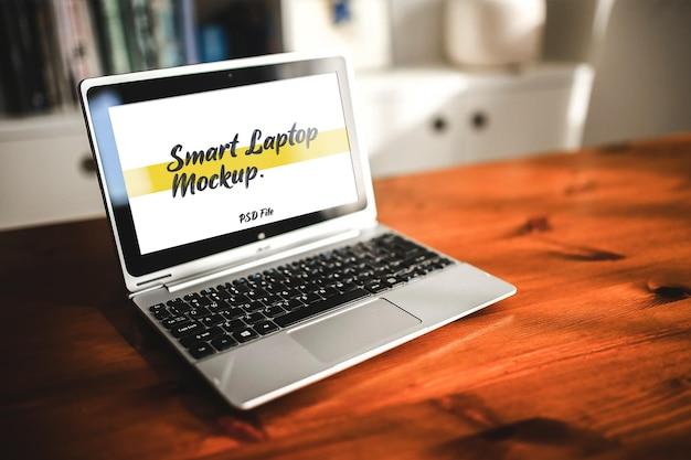Maquette d'ordinateur portable sur table en bois