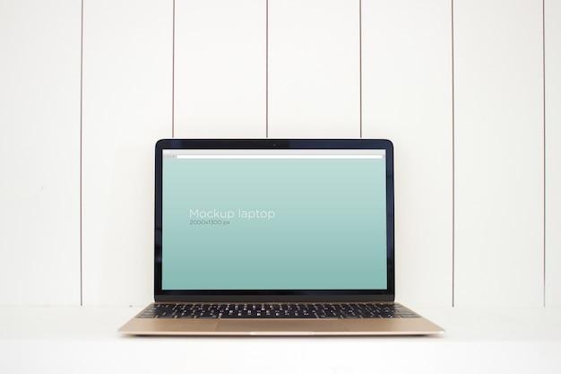 Maquette d'ordinateur portable sur la table