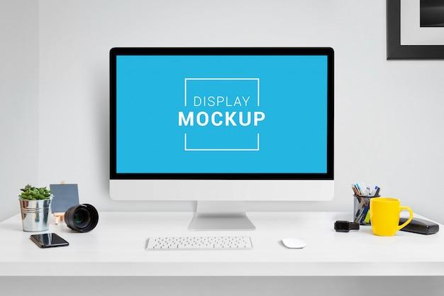 Maquette d'ordinateur portable, tablette et téléphone au bureau