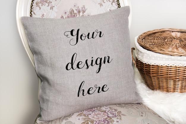Maquette d'oreiller en lin, coussin sur une chaise