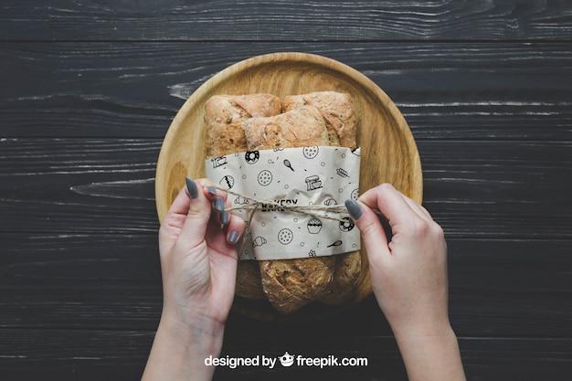 Maquette de pain avec les mains