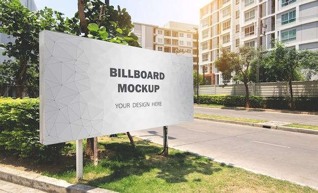 Maquette de panneau d'affichage affichée à l'extérieur