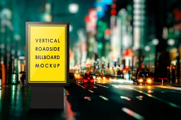 Maquette de panneau d'affichage sur le bord de la route pendant la nuit