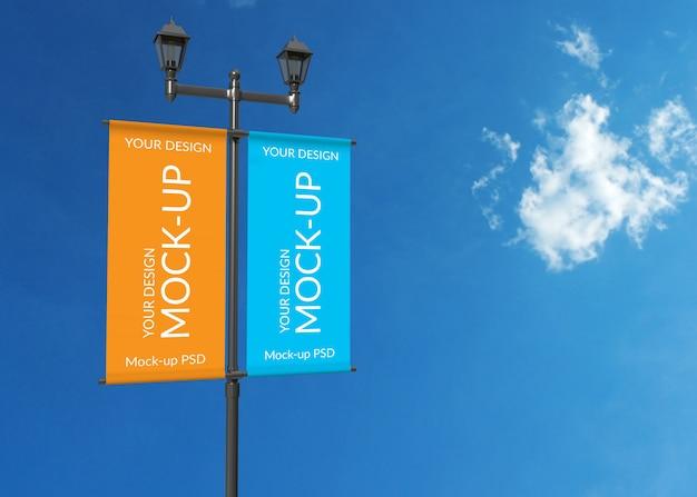 Maquette de panneau d'affichage sur le ciel bleu