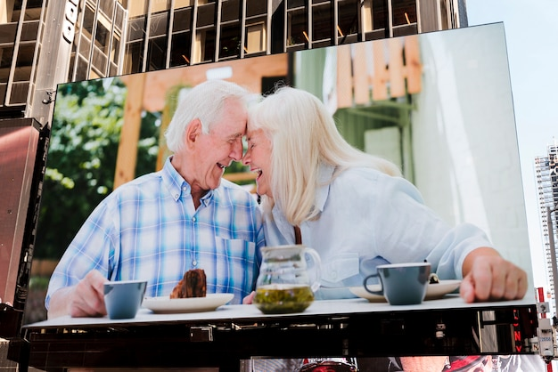 Maquette de panneau d'affichage de couple heureux