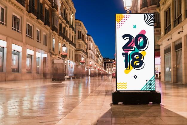 Maquette de panneau d'affichage dans la ville de nuit