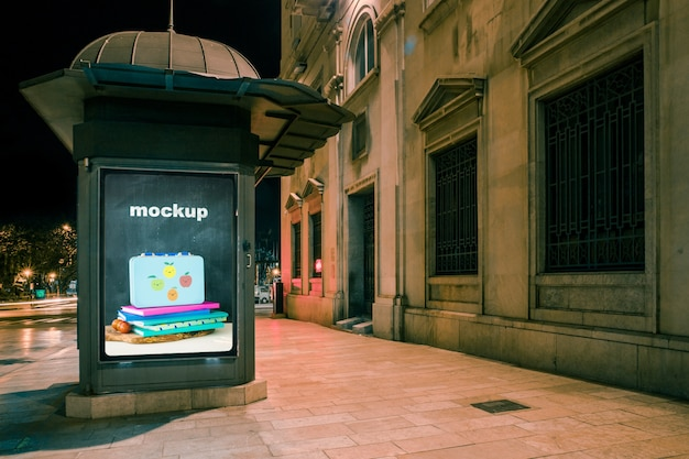 Maquette de panneau d'affichage devant le vieux bâtiment