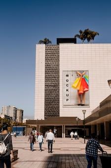 Maquette de panneau d'affichage sur un grand bâtiment