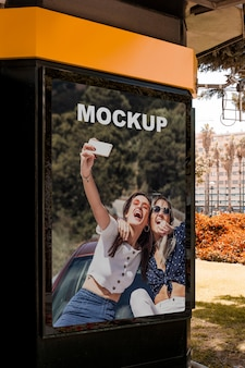 Maquette de panneau d'affichage sur un kiosque