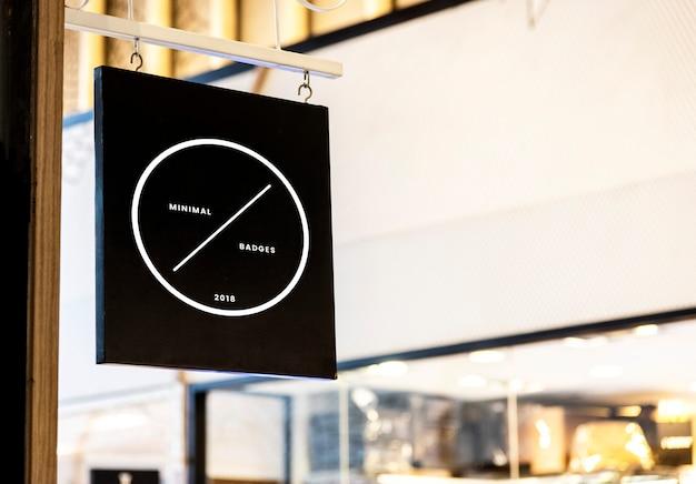 Maquette de panneau noir devant un magasin