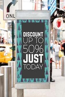 Maquette de panneau publicitaire à prix réduit dans la rue