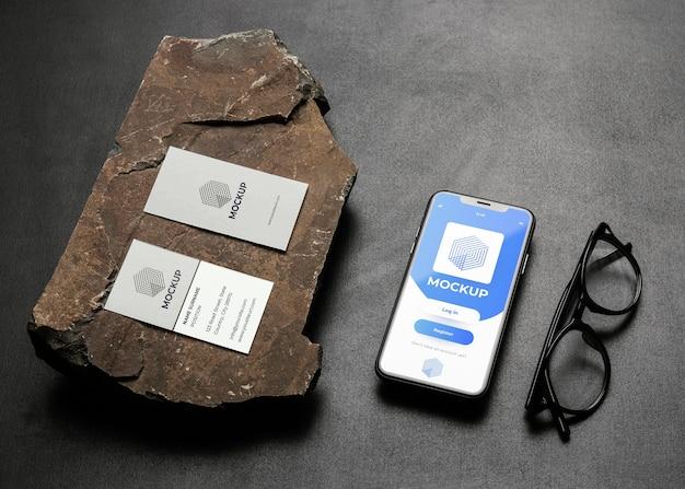 Maquette de papeterie sur béton foncé avec roche robuste