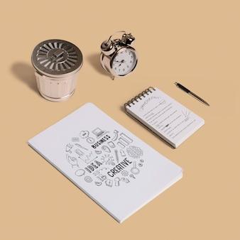 Maquette de papeterie avec le bloc-notes et la couverture