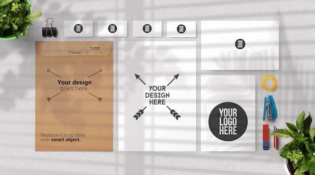 Maquette de papeterie avec enveloppe et fournitures de bureau, vue de dessus