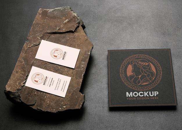 Maquette de papeterie avec pierre sombre et robuste