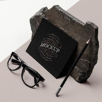 Maquette de papeterie avec pierre sombre