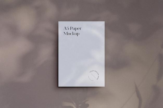 Maquette de papier a5 minimaliste avec superposition d'ombres