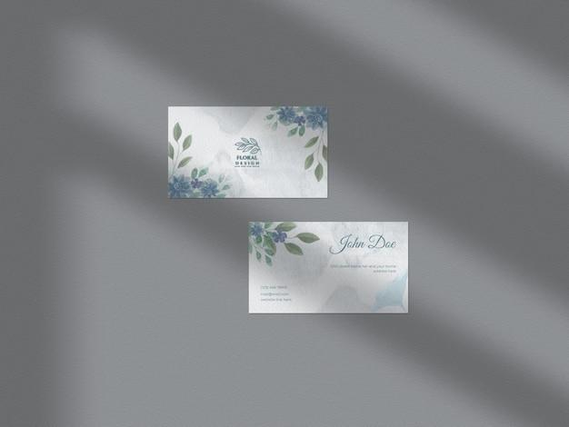 Maquette de papier de carte de visite aquarelle dessiné main floral moderne avec superposition d'ombre