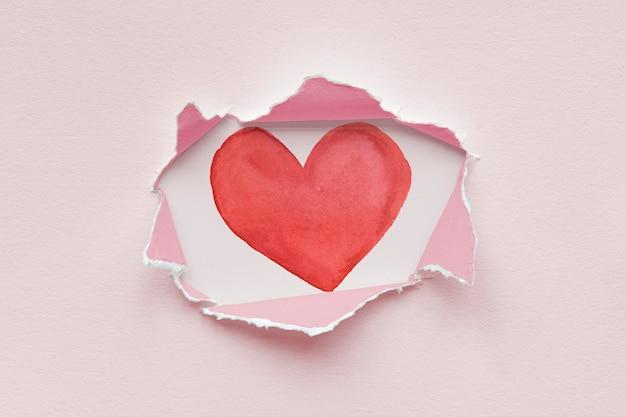 Maquette en papier déchiré avec un coeur