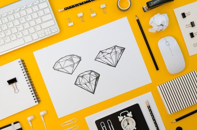Maquette de papier plat sur fond jaune