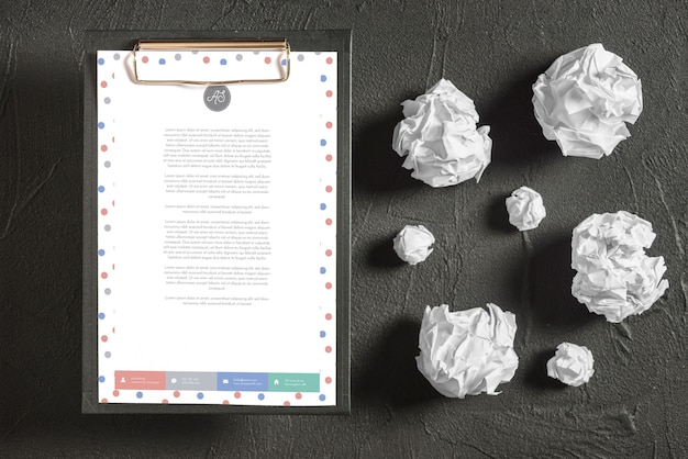 Maquette de papier à en-tête sur le presse-papiers