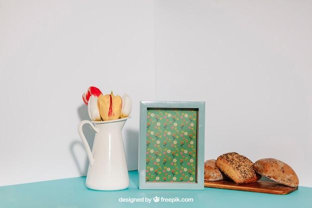 Maquette de petit déjeuner avec cadre et pot de fleur
