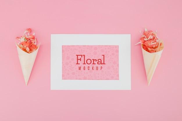 Maquette à plat avec des fleurs dans des cônes en papier
